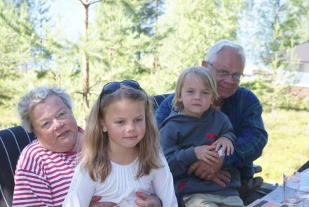 Mina föräldrar och barnbarnen Emma och Anton. My parents and their grandchildren Emma and Anton. Vanhempani ja heidän lapsenlapsensa Emma ja Anton.
