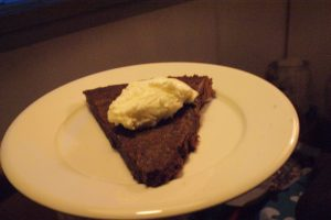 Kladdkaka, choclate mudcake, tahmainen suklaakakku